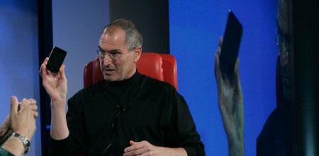 Стив держит в руках iPhone