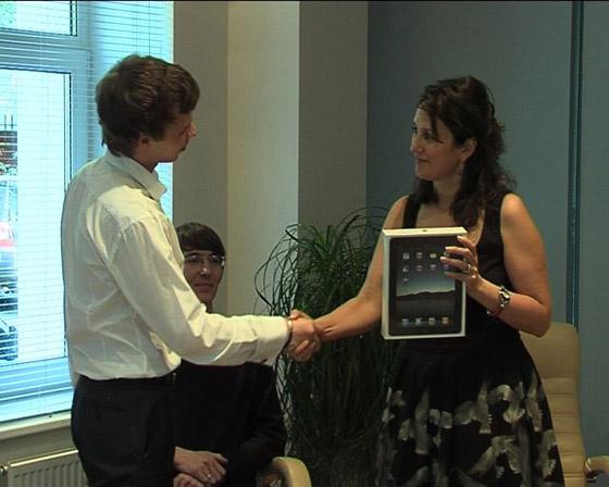 Вручение iPad победителю конкурса «Вокруг Света»