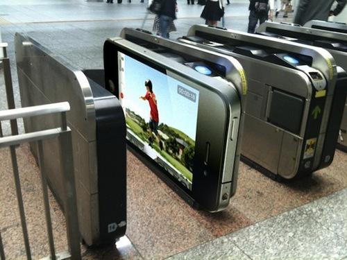 Реклама iPhone 4 в токийском метро