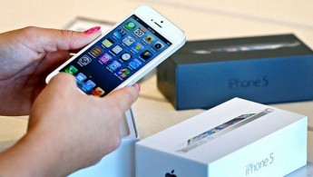 gty_holding_iphone_5_nt_120921_wg