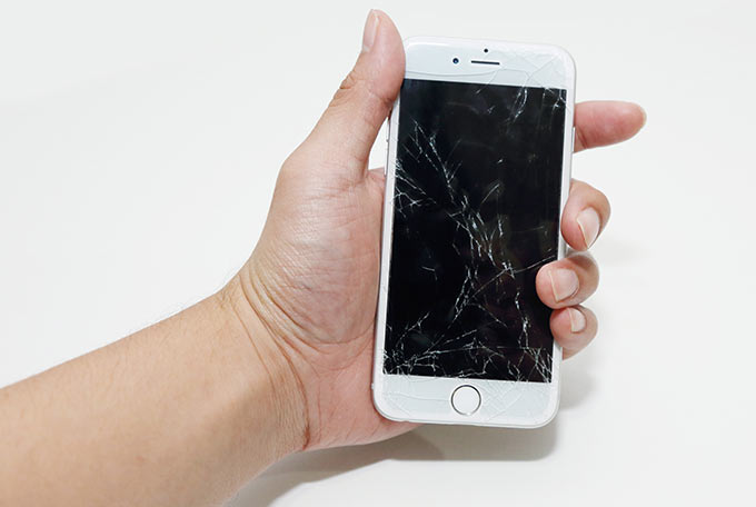 01-iPhone-6-Cracked-screen