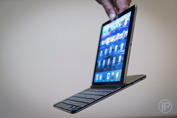 09-Logitech-Ultrathin-Keyboard-Cover