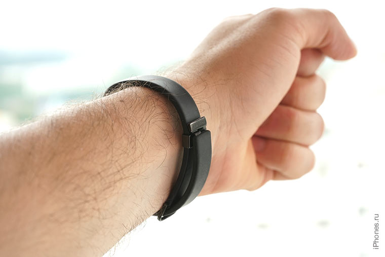 jawbone-up-2-on-hand
