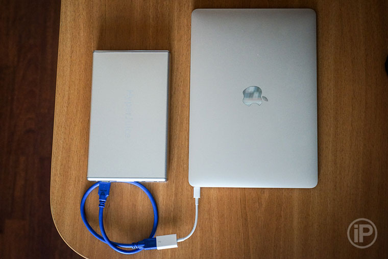 07-MacBook-12-Power-Bank-Charge
