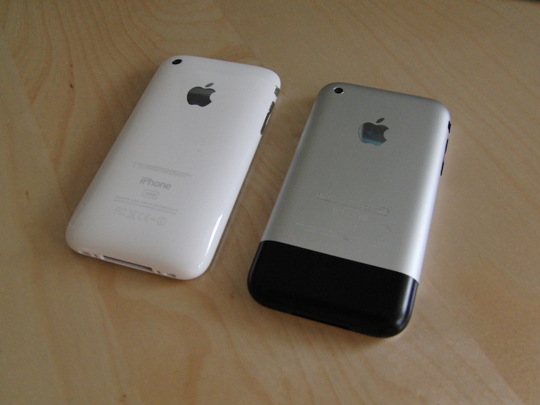 IPhone_3G_VS_iPhone_(back)