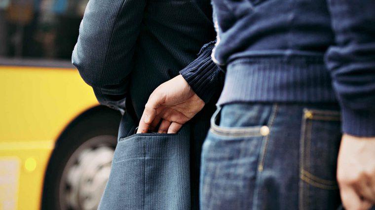 Узнали, как действуют «щипачи», когда вытаскивают iPhone из кармана