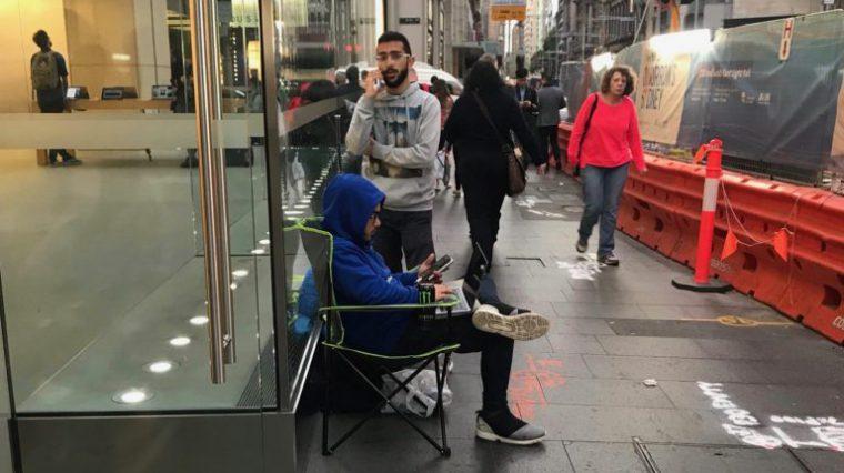 iPhone X еще не вышел, а люди уже встают в очередь за ним