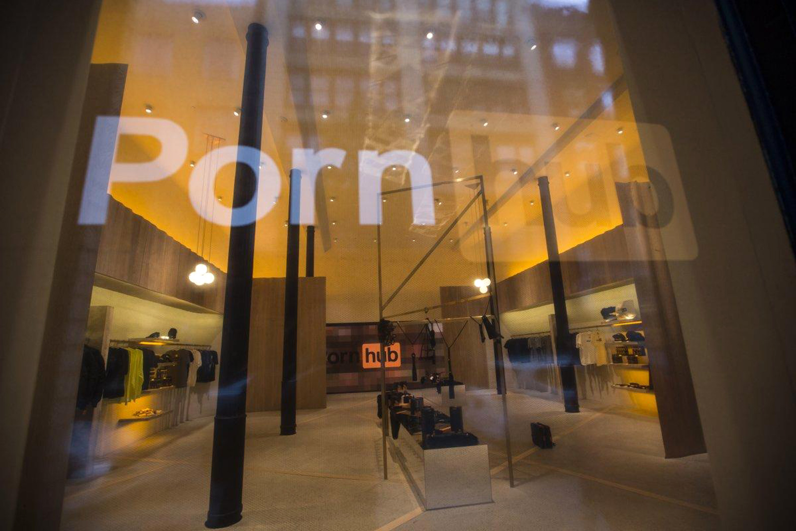 Pornhub открыл фирменный магазин одежды, и там есть скрытая камера