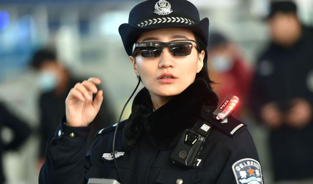 Китайские полицейские используют очки с функцией распознавания лиц