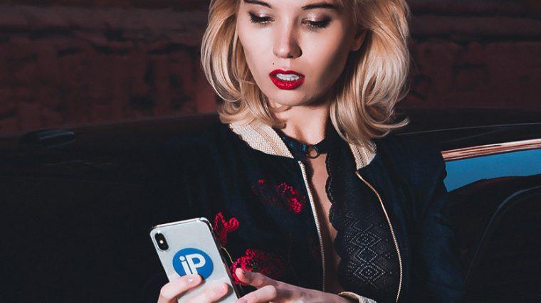 Это девушка с айфоном. Фоторубрика iPhone Girl снова на сайте