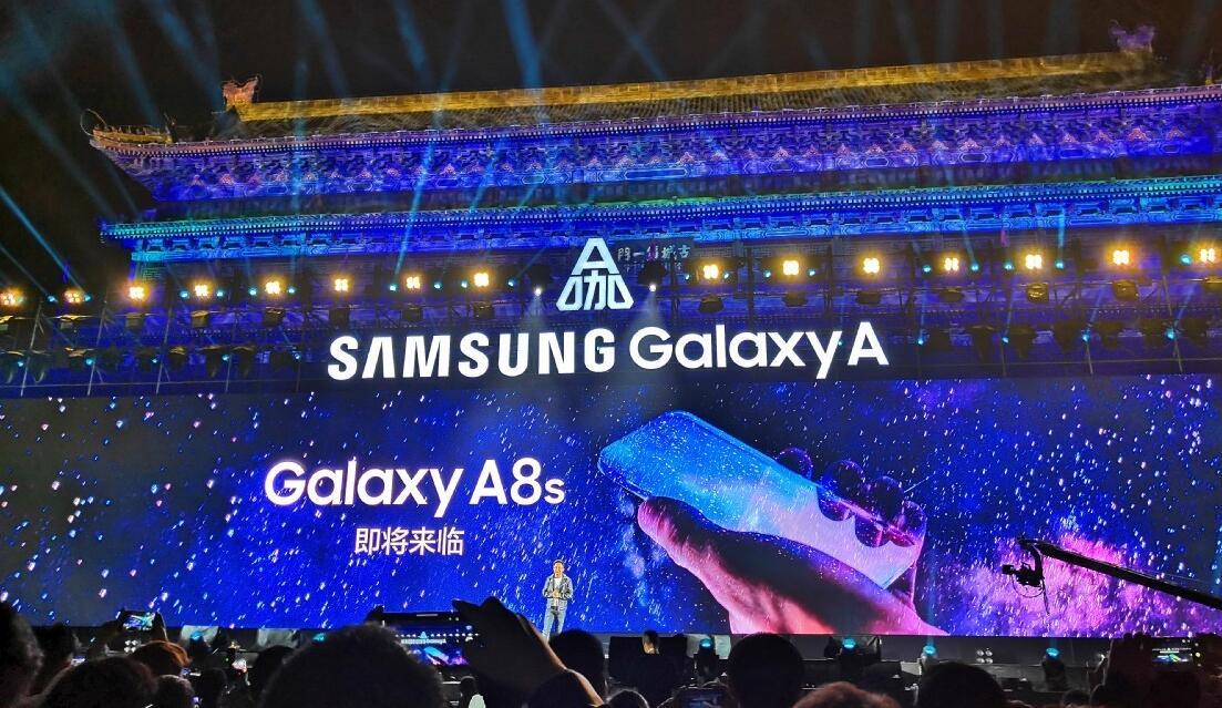 Samsung представила дырявый смартфон Galaxy A8s