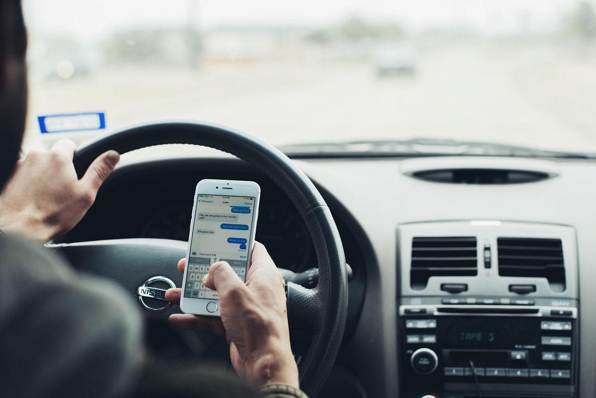Владельцы iPhone опаснее на дорогах, чем пользователи Android