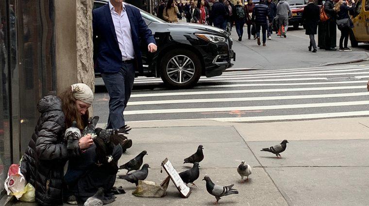 Весна в Нью-Йорке: супер-тачки, бомжи и кукла татуированного Путина