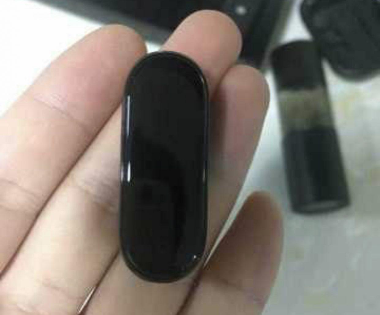 Рабочий Xiaomi Mi Band 4 впервые показали на фото