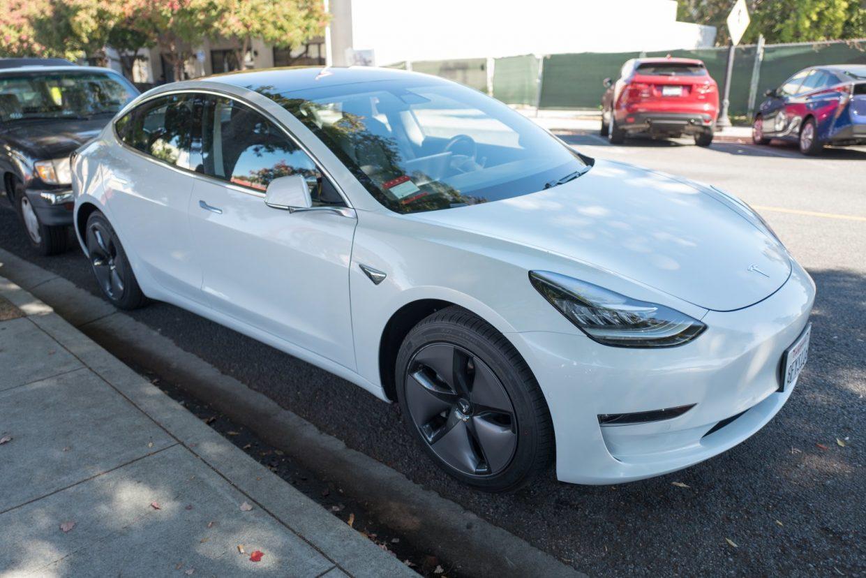 Владельцы дешевых Tesla Model 3 потеряют часть важных функций
