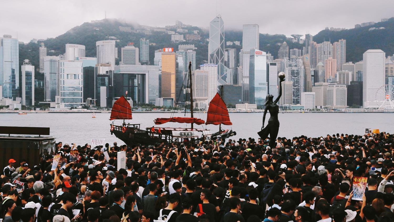 Протестующие в Гонконге рассылают информационные листовки через AirDrop