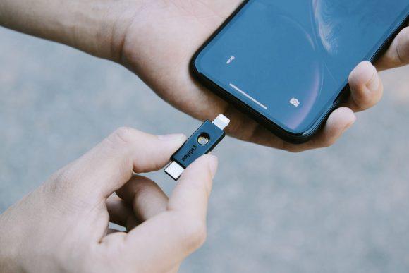 Появился первый ключ безопасности для iPhone с портом Lightning