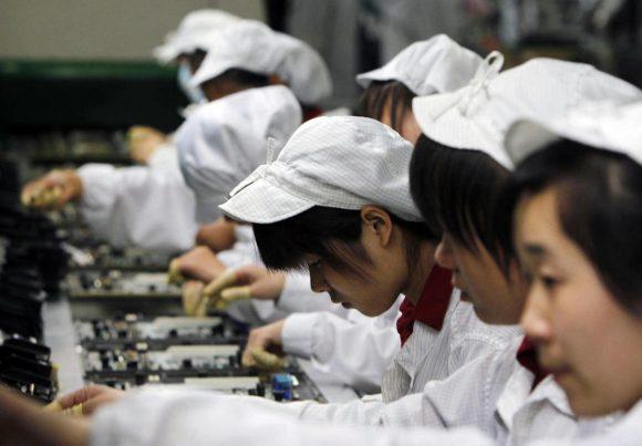 Китайские школьники по ночам работают на производстве колонок Amazon