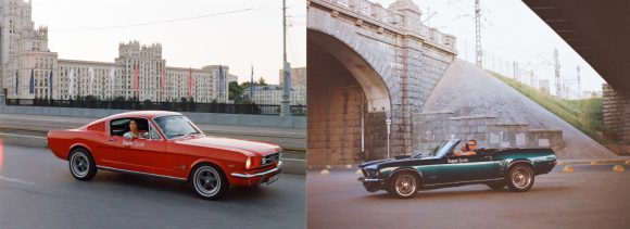 Красный Ford Mustang 1965 года и синий кабриолет 1969 года заехали в Яндекс.Драйв