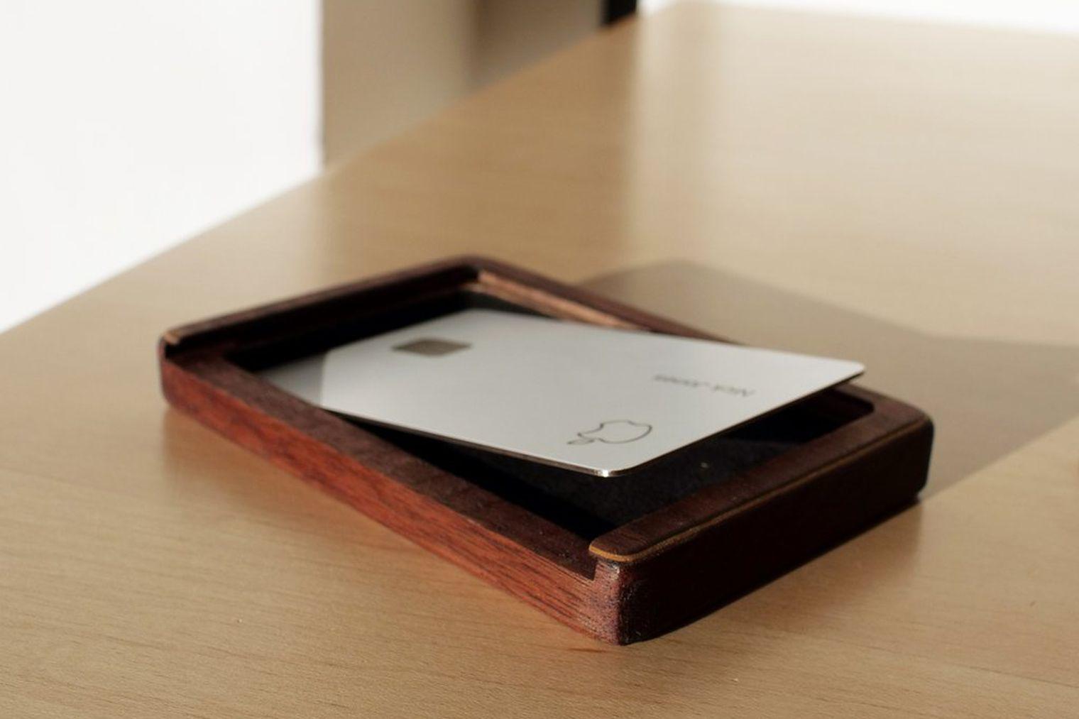 Пафосный деревянный чехол для Apple Card по цене смартфона