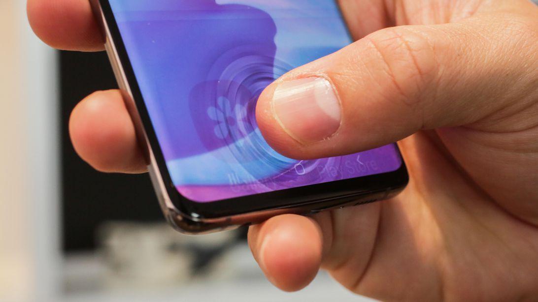Galaxy S10 разблокируется по чужим отпечаткам пальцев. Samsung обещает это исправить