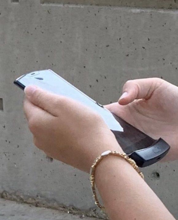 Первая реальная фотография гибкого смартфона Motorola RAZR