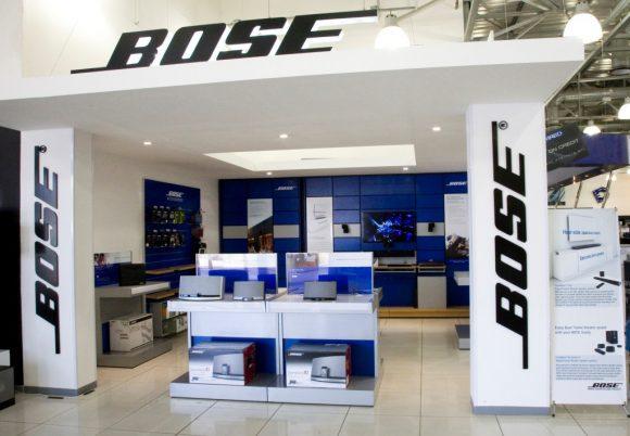 Bose закрывает более сотни магазинов и увольняет сотрудников. Кто же виноват?