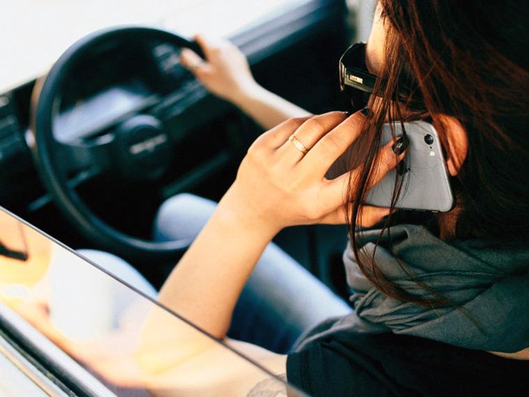 Камеры в Москве начнут штрафовать водителей со смартфоном за рулём