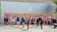 Люди украшают заколоченные Apple Store в поддержку протестов в США