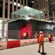 Куб в металле. Apple заколачивает самый известный Apple Store в Нью-Йорке