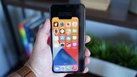 iPhone 12 в ваших руках. Примеряем самый маленький айфон будущего