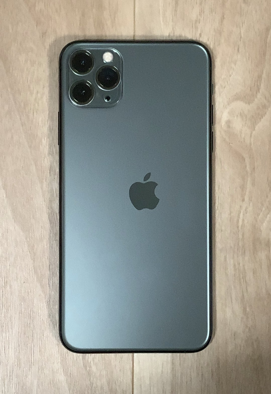 Японец купил iPhone 11 Pro Max с неровным лого в Apple Store, но теперь у него эксклюзив