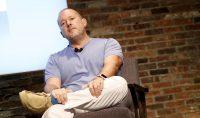 Airbnb объявила о многолетнем сотрудничестве с Джони Айвом, который год назад ушел из Apple