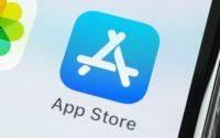 Бывший глава App Store заявил, что Apple намеренно мешает конкурентам развиваться в магазине приложений