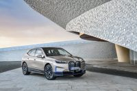 BMW представила электрический кроссовер iX с запасом хода 600 км