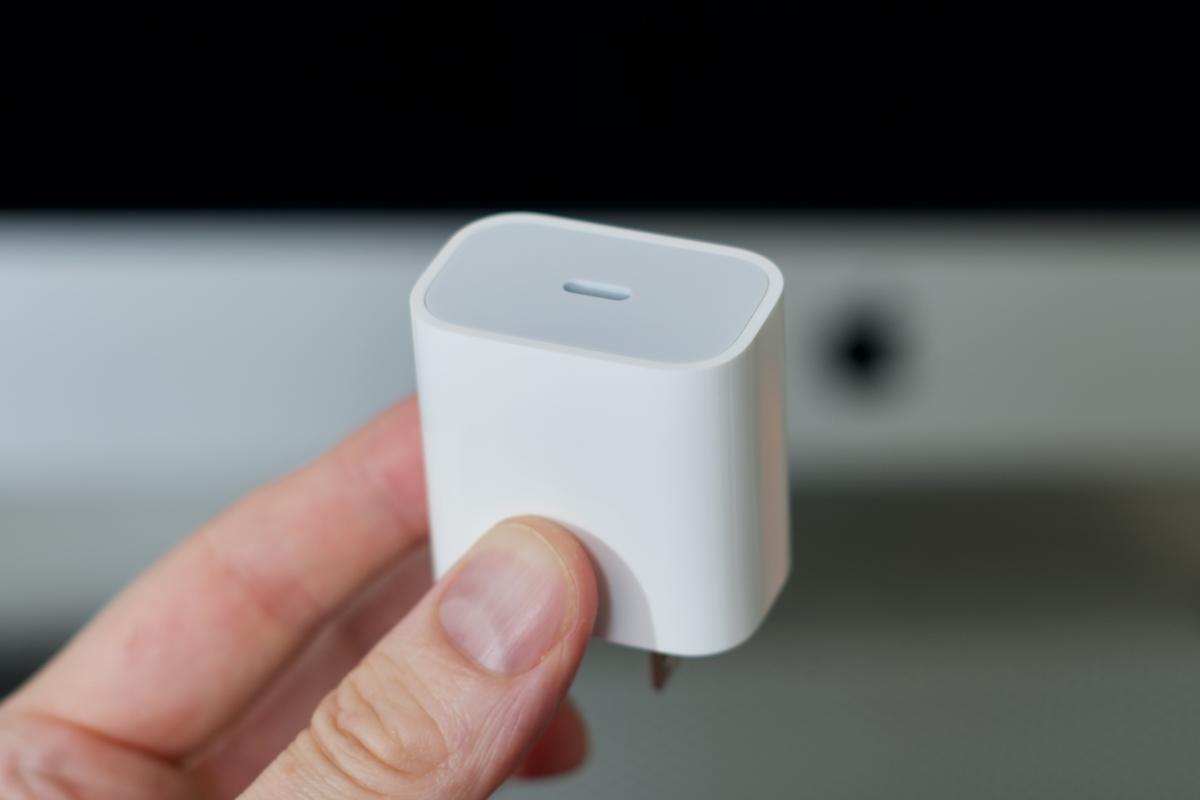 Женщина из Бразилии отсудила у Apple зарядку для iPhone 12, которой нет в комплекте