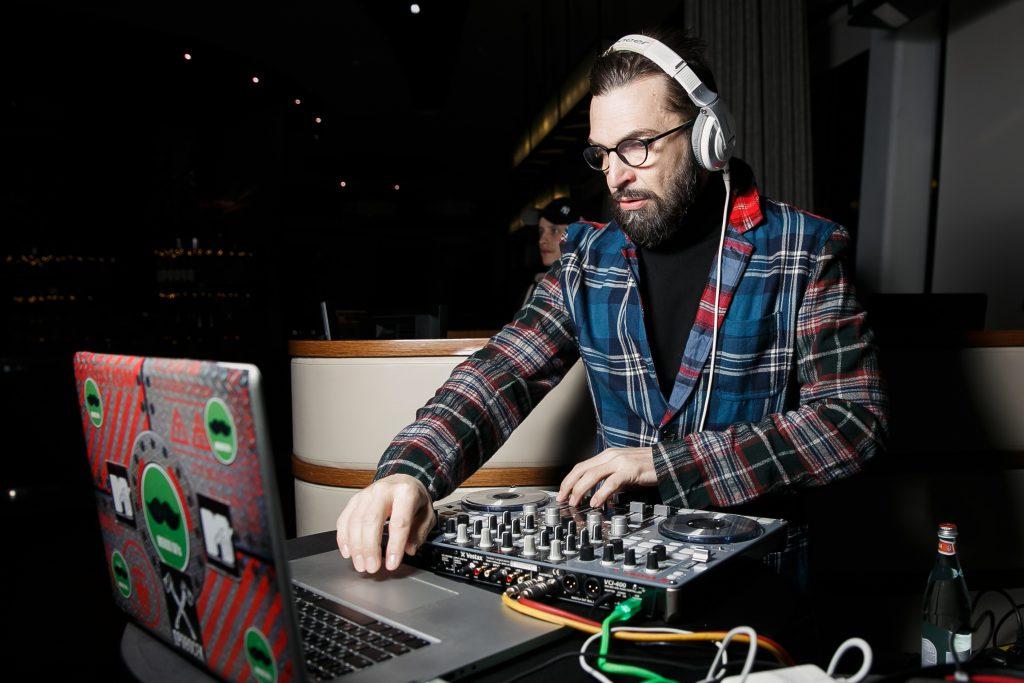 Как MacBook Pro помогает в жизни Александру Анатольевичу, звезде MTV. Пообщались с диджеем