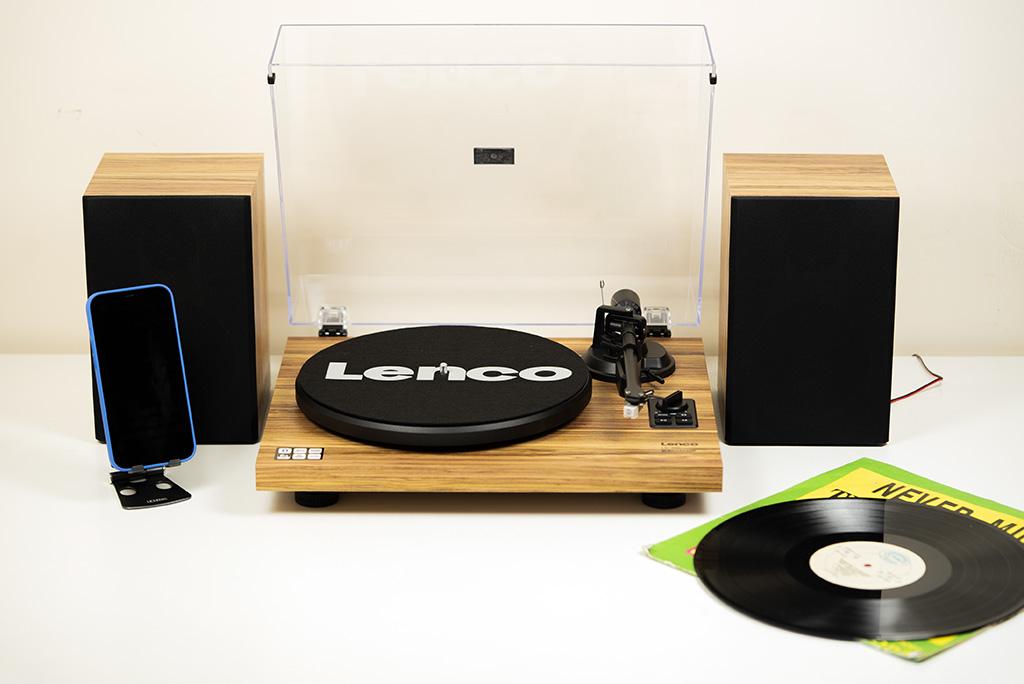 Это виниловый проигрыватель 21 века: Lenco LS-500OK с Bluetooth и шикарными стереоколонками в комплекте