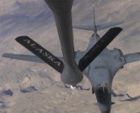 Посмотрите, как заправляется сверхзвуковой стратегический бомбардировщик прямо в воздухе. Идеальная стыковка